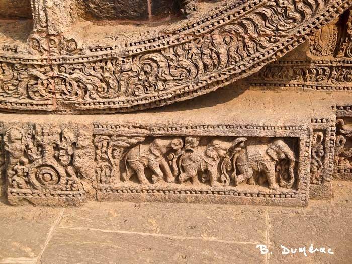 Frise d'éléphants, à la base