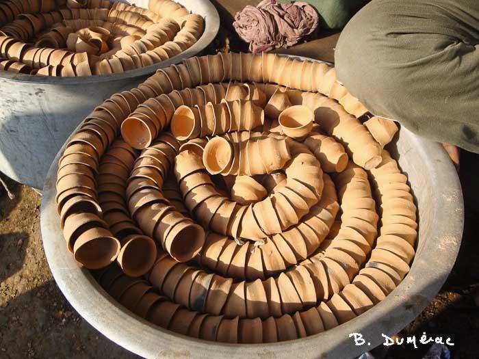 Tasses de terre cuite