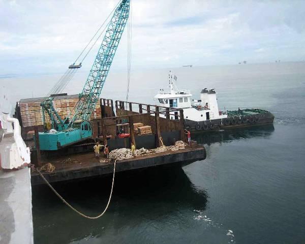 accostage de la barge à Miri