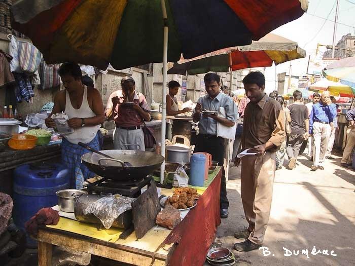 Gens déjeunant dans la rue