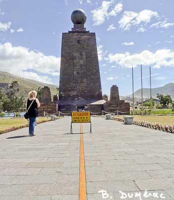 Mitad del Mundo - Stèle commémorative