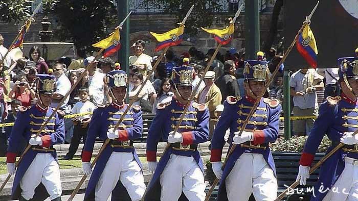 Quito garde défilant