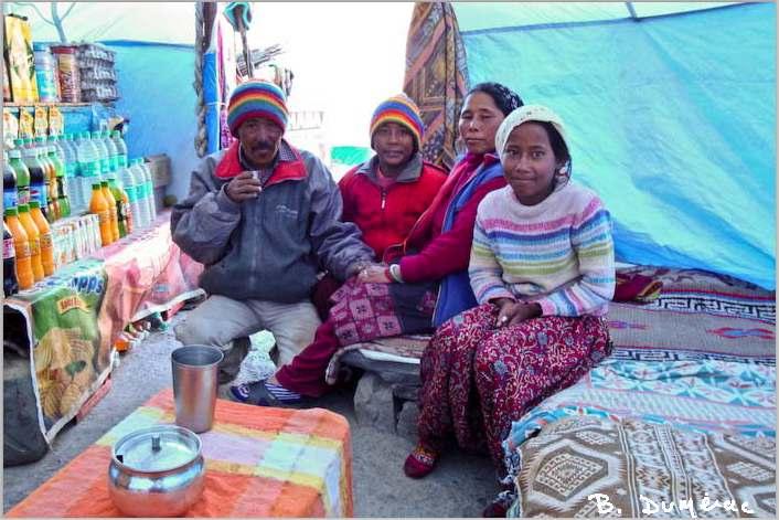 nomades sous leur yourte