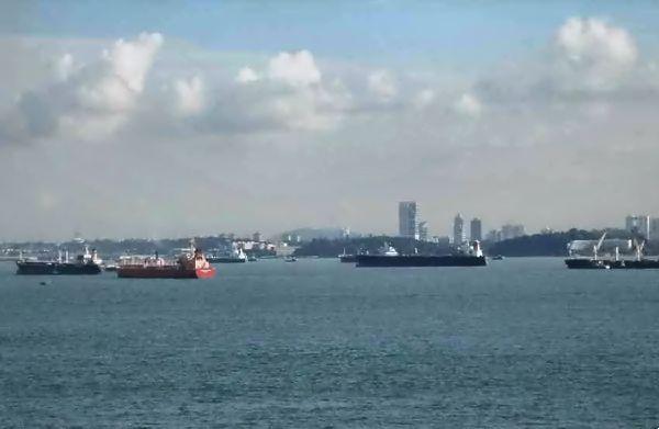 Attente au port à Singapour