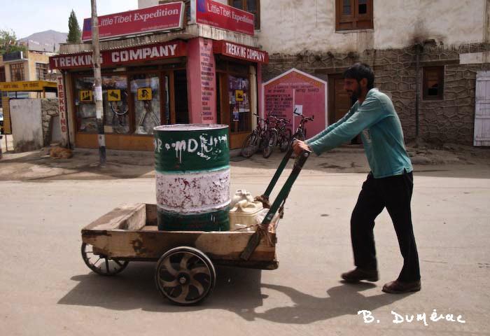 porteur d'eau à Leh