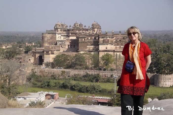Brigitte devant le Raj Mahal